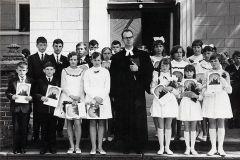 Ks. Jan Szarek w otoczeniu konfirmantów Zdjęcie ze zbiorów Parafii w Giżycku