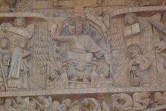 fragmenty tympanonu nad głównym wejściem do rzymskokatolickiej bazyliki w Conques