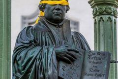 Pomnik Lutra w Wittenberdze z żółtą opaską na oczu - w tak symboliczny sposób ewangelicy z Saksonii wyrazili w 2015 roku swój sprzeciw wobec pism reformatora, dotyczących Żydów