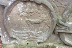 symbol nagrobny na jednej z płyt nagrobnych z niecodzienną alegorią zmartwychwstania - Bóg wbija w martwego człowieka drzewo życia